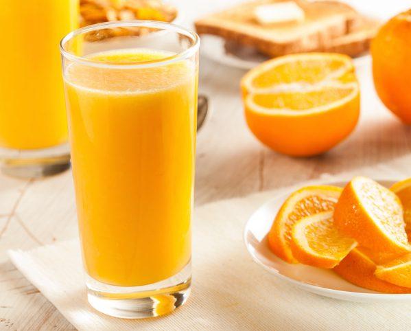 Пьет апельсиновый сок